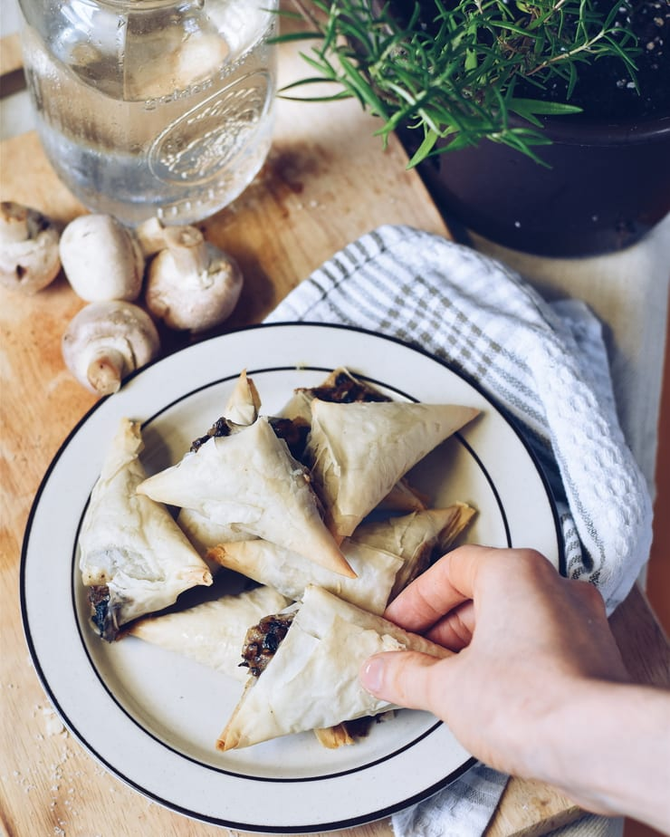 Flaky mushroom and cheddar bites / Triangles feuilletés champignons et cheddar | cuisinedopamine.com